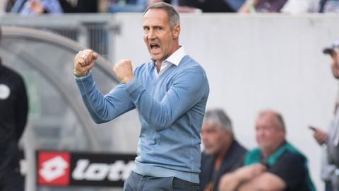 Eintracht-Trainer Adi Hütter hat sich nach anfänglichen Schwierigkeiten Stück für Stück freigeschwommen.