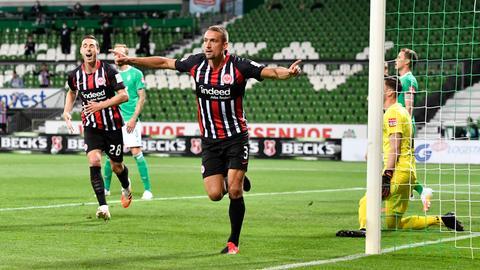 Eintracht-Profi Ilsanker jubelt.