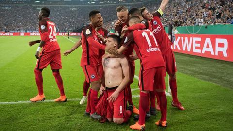 Eintracht-Spieler jubeln nach Jovics Tor