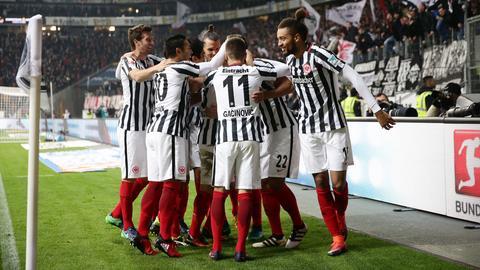 Eintracht-Spieler jubeln nach dem Treffer gegen den BVB.