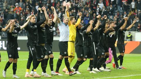 Eintracht-Spieler jubeln mit den Fans