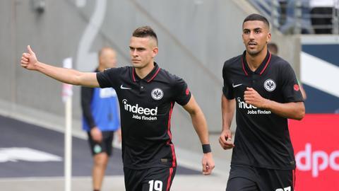 Eintracht Frankfurt freut sich über einen 2:1-Sieg.