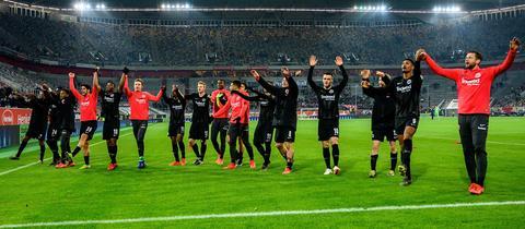 Kollektiver Eintracht-Jubel nach Spielende in Düsseldorf