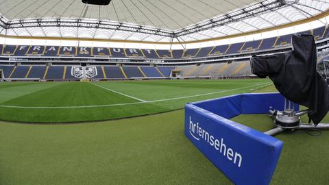 Eine Fernsehkamera in der Commerzbank-Arena