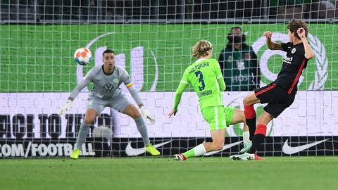 Eintracht-Stürmer Sam Lammers trifft zur Führung.