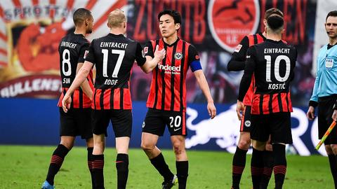 Makoto Hasebe und Kollegen freuen sich über einen Punkt in Leipzig.