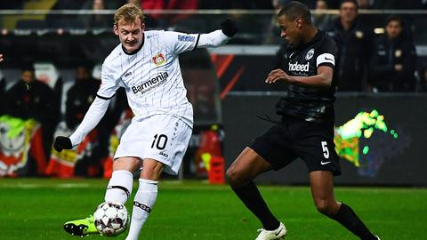 Leverkusens Julian Brandt (li.) im Duell mit Gelson Fernandes.