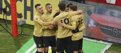 Die Eintracht jubelt in Mainz.