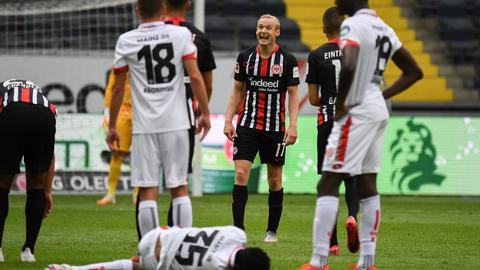 Sebastian Rode (Mitte) war nach der Niederlage unzufrieden.