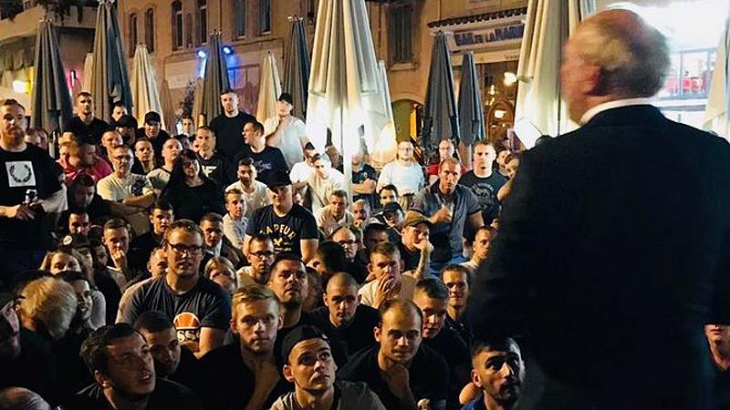 Eintracht-Präsident Fischer mit Fans in Marseille