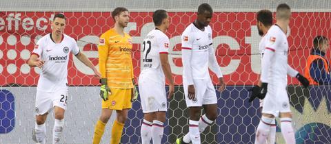 Spieler von Eintracht Frankfurt nach der Pleite in Paderborn
