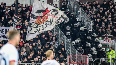 Fans beim Pokalspiel der Eintracht beim FC St. Pauli