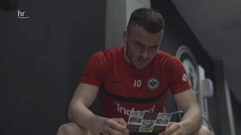 Filip Kostic mit einer Postkarte der Eintracht-Fans