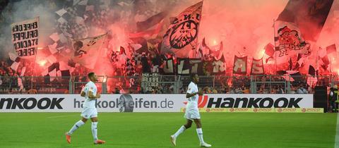 Eintracht-Fans zünden Pyrotechnik an.