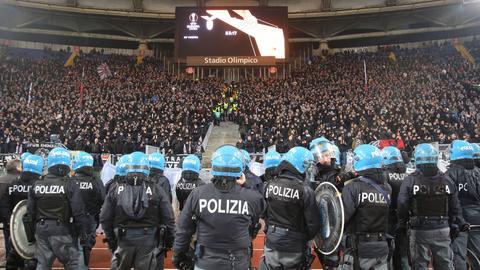 Eintracht-Fans und die Polizei beim Spiel in Rom