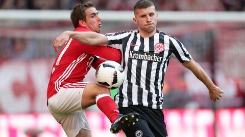 Eintracht-Profi Rebic im Duell mit Philipp Lahm