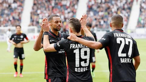 Die Eintracht freut sich über den Sieg im Test gegen Saint-Étienne.