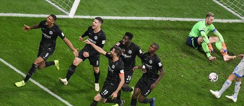 Eintracht-Spieler bejubeln ein Tor gegen Schalke 04.