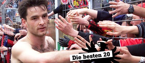 Eintracht-Spieler Alex Schur mit den Fans