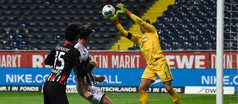 Im Mittelpunkt: Alexander Schwolow hat Eintracht Frankfurt weh getan.