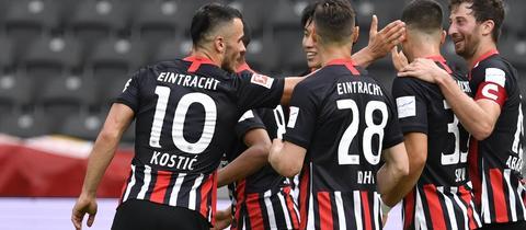 Eintracht Frankfurt jubelt über den geglückten Klassenerhalt.