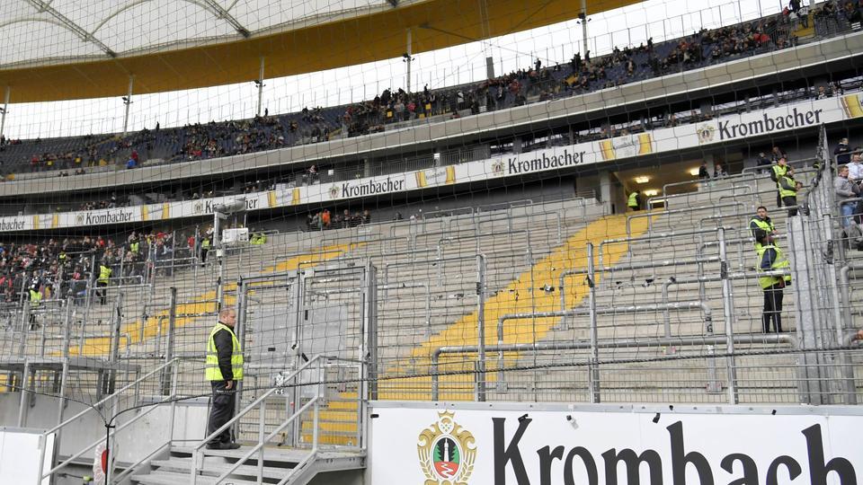 Leerer Fanblock im Frankfurter Stadion