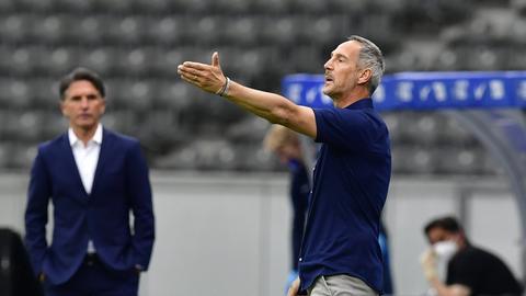 Trainer Adi Hütter feiert mit seiner Mannschaft den Klassenerhalt.