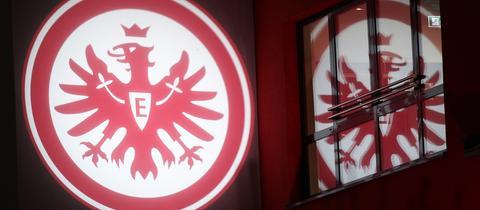 Der Eintracht-Adler spiegelt sich in einem Fenster.