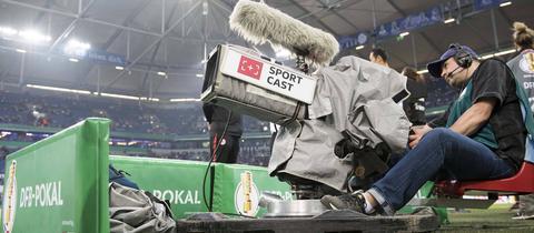 Ein Kameramann beim Pokalspiel der Eintracht