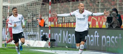 Bas Dost und André Silva von Eintracht Frankfurt beim Torjubel
