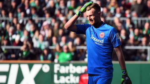 Lukas Hradecky hadert nach seinem folgenschweren Fehler gegen Werder Bremen.