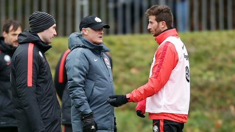Eintracht-Trainer Veh im Gespräch mit Verteidiger Abraham