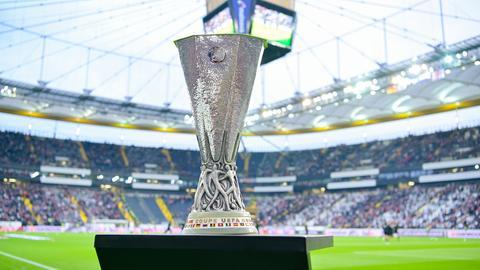 Der Europa-League-Pokal im Frankfurter Stadion