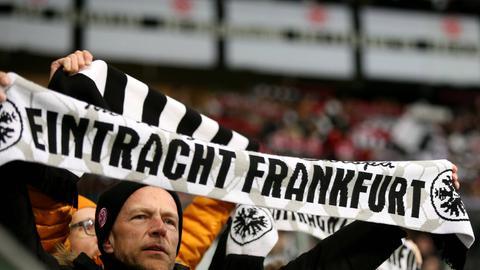 Fan der Eintracht mit Schal