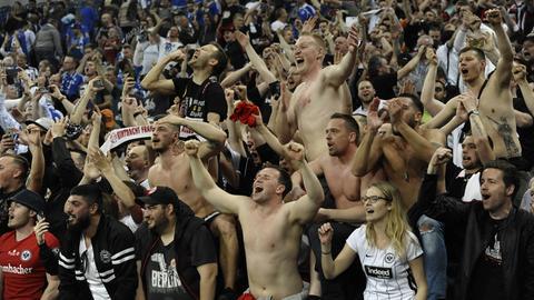 Eintracht-Fans jubeln in Gelsenkirchen