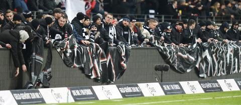 Eintracht-Fans bringen Protestplakate an