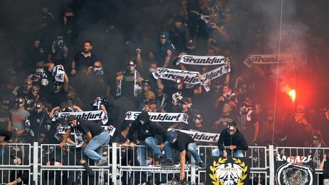 Eintracht-Fans zünden in Magdeburg Pyrotechnik