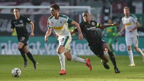 Gelson Fernandes zeigte gegen Gladbach eine starke Leistung und musste am Ende angeschlagen vom Platz.