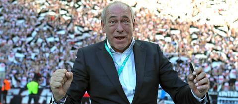 Präsident Peter Fischer hat die Eintracht-Fans im Rücken und kämpft für billigere Sitzplatzpreise