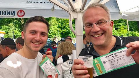 Simon und Martin Flörkemeier mit ihren Pokaltickets
