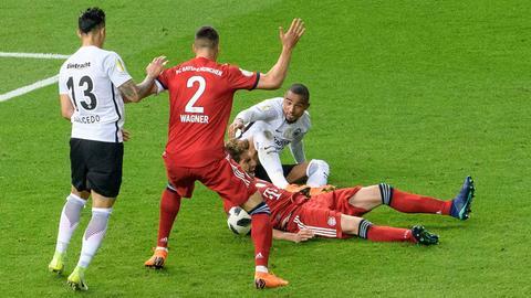 Foul oder nicht? Kevin-Prince Boateng legte im Pokalfinale den Münchener Javi Martinez - nach Ansicht des Schiedsrichters aber nicht elferreif.