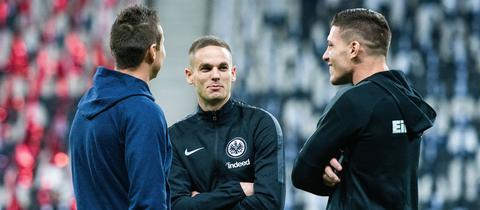 Mijat Gacinovic (Mitte) kann die Leistungen von Luka Jovic (rechts) und seinen Sturmpartnern derzeit nur bestaunen.