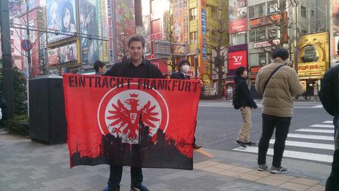 Philipp Burk mit Eintracht Flagge in Tokio