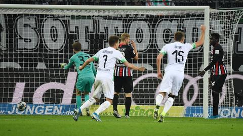 Borussia Mönchengladbach besiegt Eintracht Frankfurt in einem wilden Spiel.