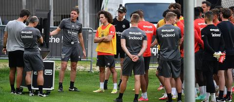 Oliver Glasner zeigt am Schirm die Fehler der Eintracht-Profis.
