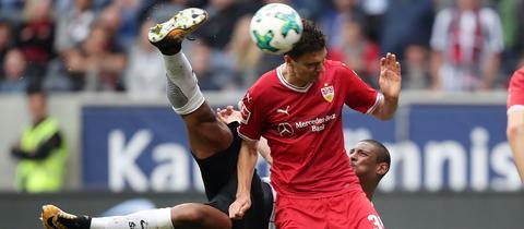Haller erzielt per Seitfallzieher das 2:1 gegen Stuttgart.