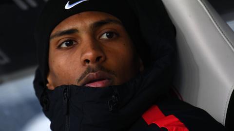 Dick eingemurmelt saß Sébastien Haller im Spiel der Eintracht gegen Schalke zunächst auf der Bank.