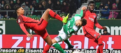 Hoch das Bein: Sébastien Haller grätscht nach dem Ball.