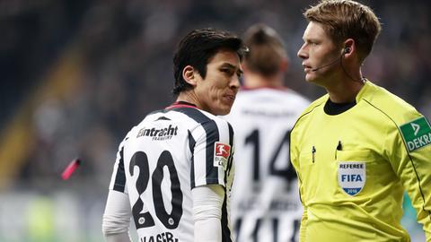 Eintracht-Spieler Hasebe und Schiedsrichter Dingert
