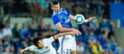 Hasbe im Kopfball-Duell mit einem Straßburg-Spieler